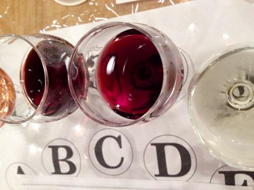 ワイン会の試飲中の様子